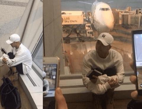 아이돌들 공항 내부에서 사진찍히는 모습.jpg