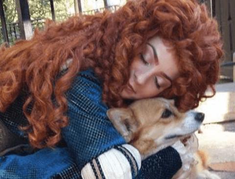 길 잃은 강아지 돌봐주는 디즈니랜드 직원들