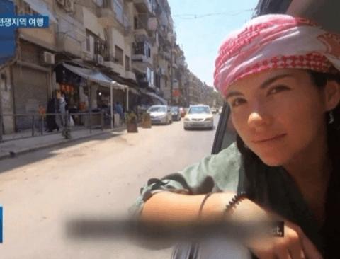 위험한 전쟁지역 넘나들며 여행하는 사람들