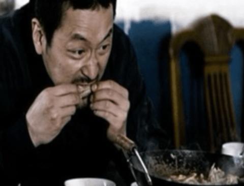 영화 접고 먹방 스트리머 해도 성공이 보장된 배우 (먹방주의)