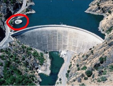 댐에 있는 수위조절하는 구멍(무서움주의)
