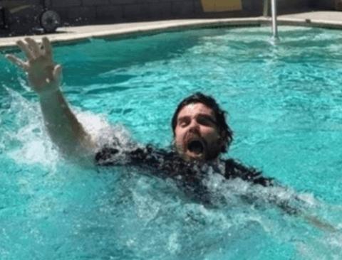 물에 빠진 집사를 본 고양이의 반응