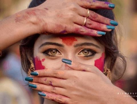 인도축제에서 발견된 황금눈을 가진 여자
