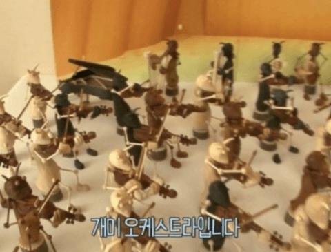 실제 악기 연주는 못하는 악기 미니어처 제작자