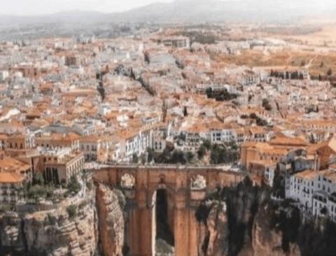 판타지 소설에 나올법한 스페인 협곡 도시