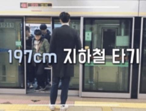 키 197센치 키큰남의 지하철 타기