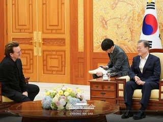 """文 대통령 만난 U2 리더 보노 """"평화에 대한 굳은 결의 존경"""""""