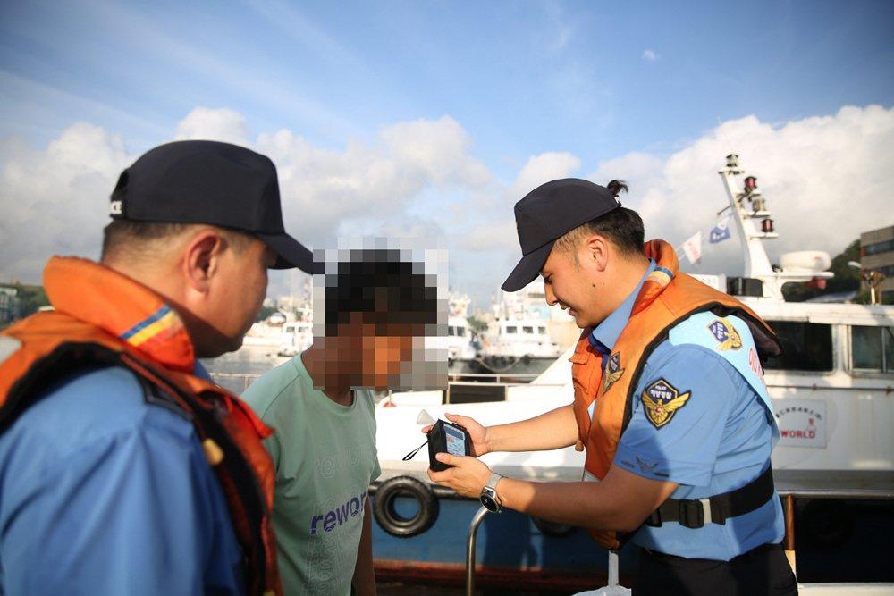 해양경찰관들이 음주운항 근절 캠페인과 음주운항 단속을 벌이고 있다(5).JPG