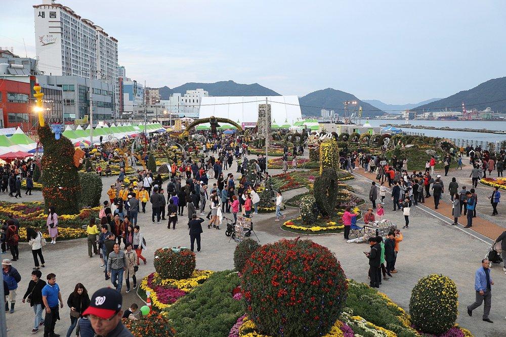 가을의 멋과 맛 가득, 제19회 마산국화축제 개막(문화예술과) (2).jpg