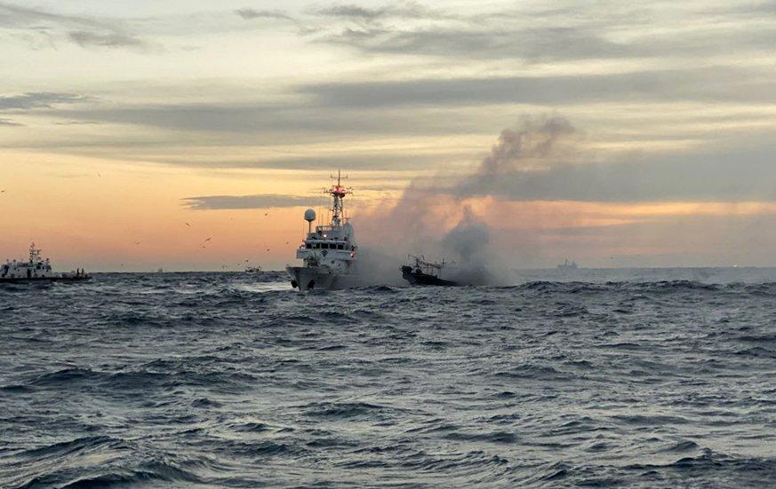 해양경찰 경비함정에서 선박화재를 진화하고 있다 (1).jpg
