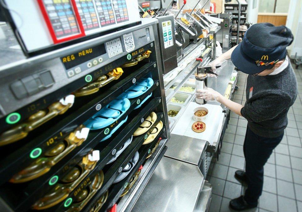 [사진9] 맥도날드 주방에서 햄버거를 만드는 모습. 위생적인 환경에서 철저한 메뉴얼에 따라 음식을 조리하고 있다..jpg